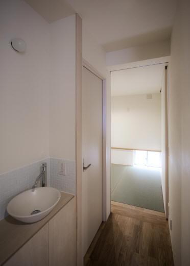 Δハウスの部屋 1F 廊下よりたたみ室を見る