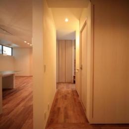 Δハウス (1F たたみ室より廊下を見る)