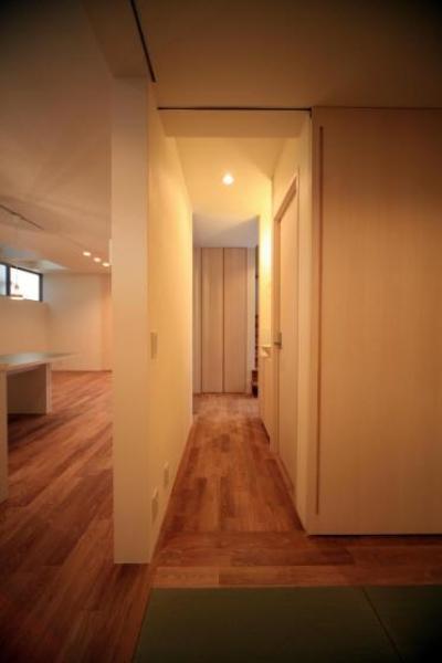 1F たたみ室より廊下を見る (Δハウス)