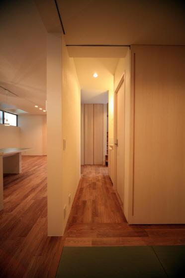 Δハウスの部屋 1F たたみ室より廊下を見る