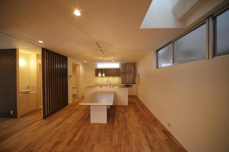 Δハウスの部屋 1F リビングよりダイニング・キッチンを見る