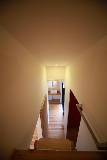 ウイングハウスの部屋 ロフトから2F廊下を見る