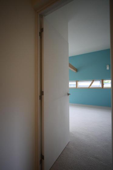 Flapハウスの部屋 2F 廊下より子供室を見る