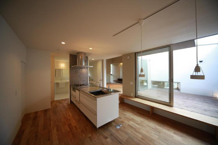 Flapハウスの部屋 1F キッチンより中庭・リビングを見る