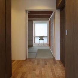 Mハウス (玄関よりたたみ室を見る)