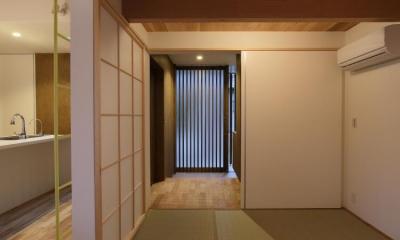たたみ室より玄関を見る Mハウス