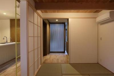 Mハウス (たたみ室より玄関を見る)