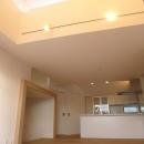 KRYM-元住吉の医院併用二世帯住宅の写真 天井の高いリビングダイニングキッチン