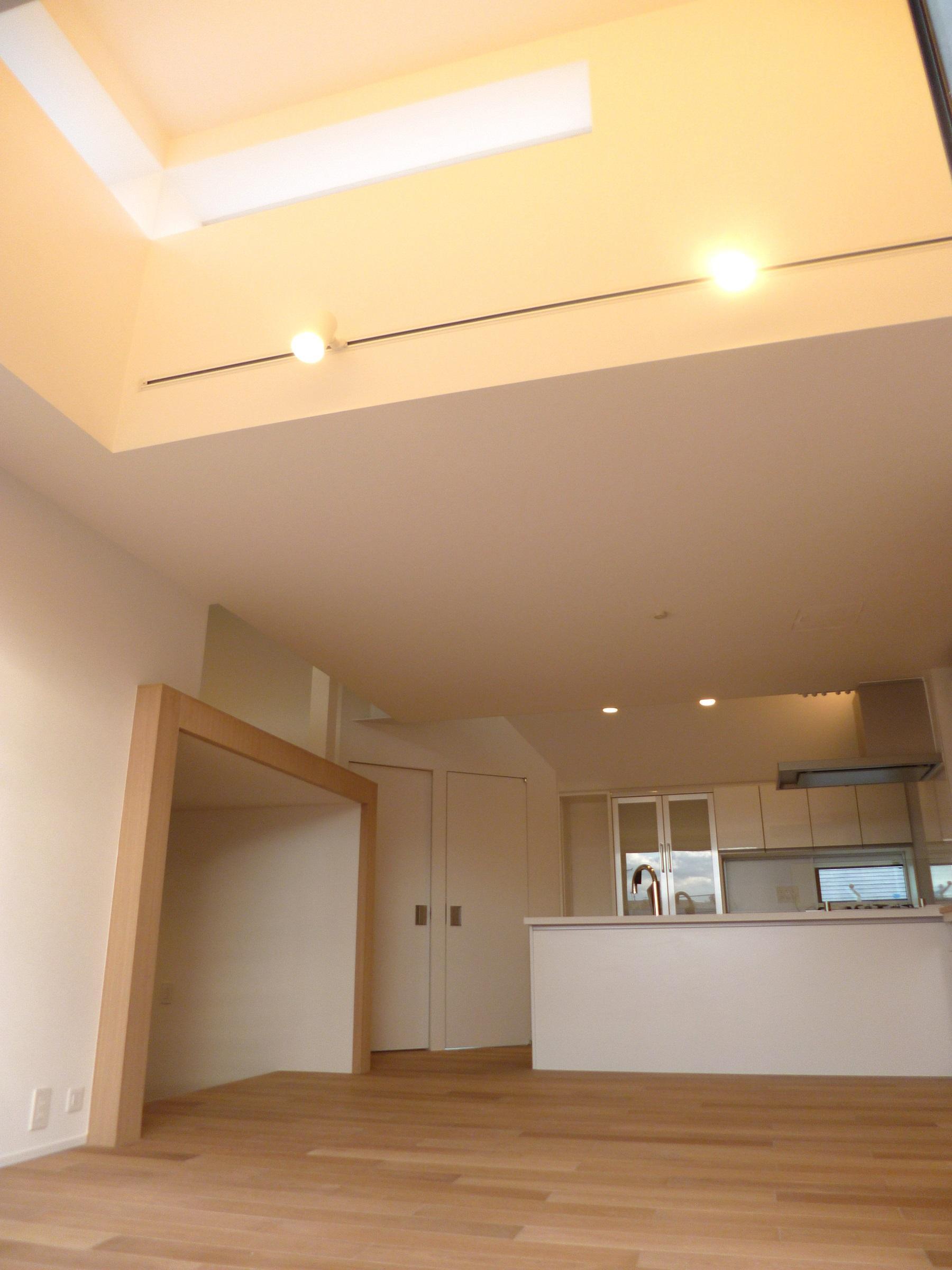 KRYM-元住吉の医院併用二世帯住宅の部屋 天井の高いリビングダイニングキッチン