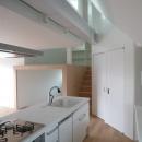 KRYM-元住吉の医院併用二世帯住宅の写真 光が差し込む白いキッチン
