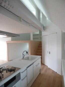 KRYM-元住吉の医院併用二世帯住宅 (光が差し込む白いキッチン)