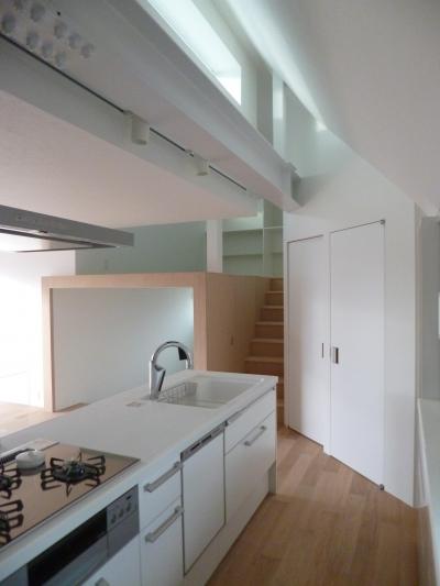 光が差し込む白いキッチン (KRYM-元住吉の医院併用二世帯住宅)