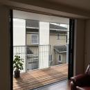 KRYM-元住吉の医院併用二世帯住宅の写真 リビングと一体感のあるウッドデッキテラス