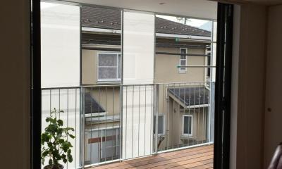 KRYM-元住吉の医院併用二世帯住宅 (リビングと一体感のあるウッドデッキテラス)