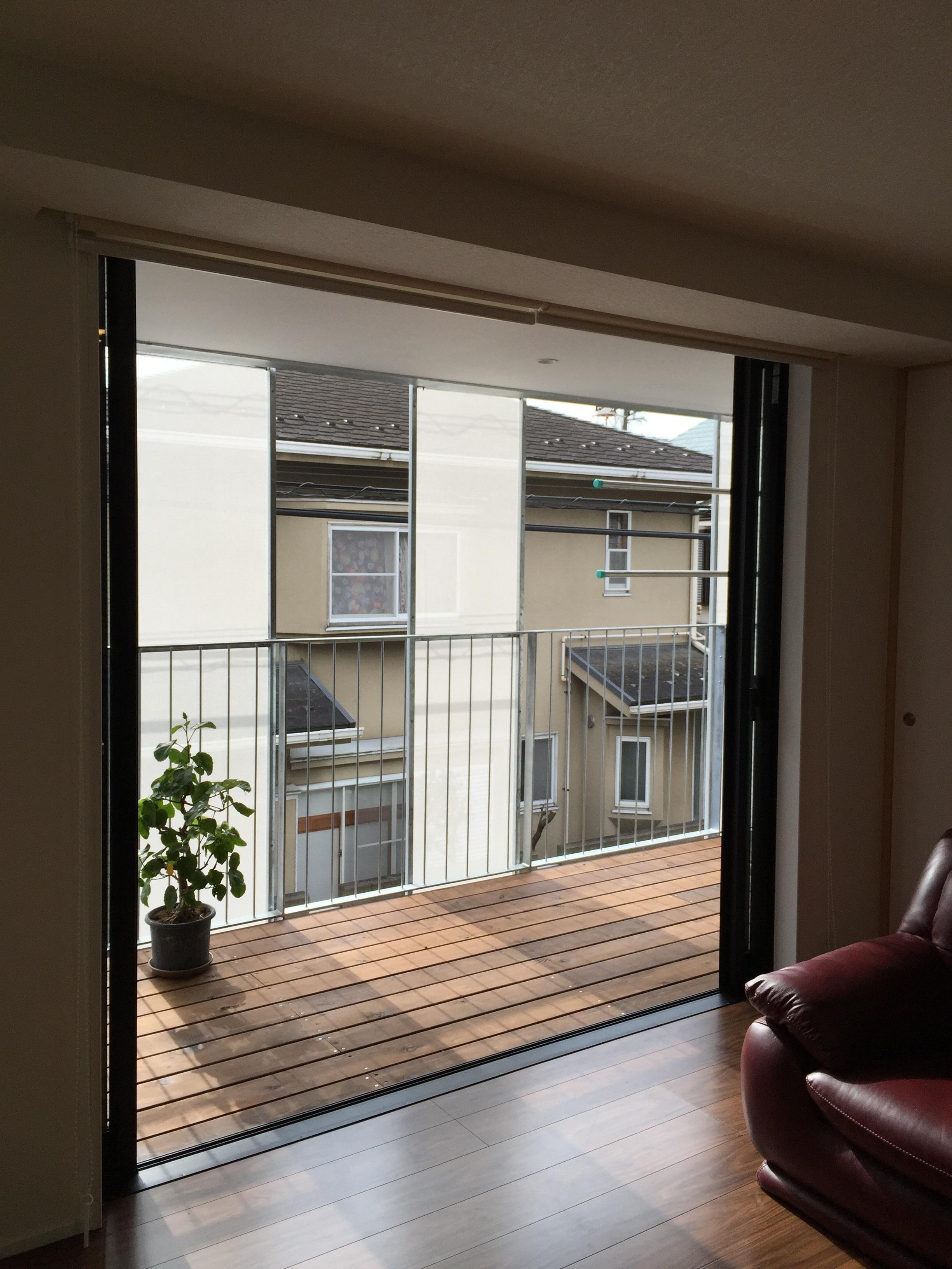 KRYM-元住吉の医院併用二世帯住宅の部屋 リビングと一体感のあるウッドデッキテラス