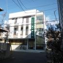 KRYM-元住吉の医院併用二世帯住宅の写真 白いシンプルな外観