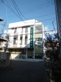 KRYM-元住吉の医院併用二世帯住宅 (白いシンプルな外観)