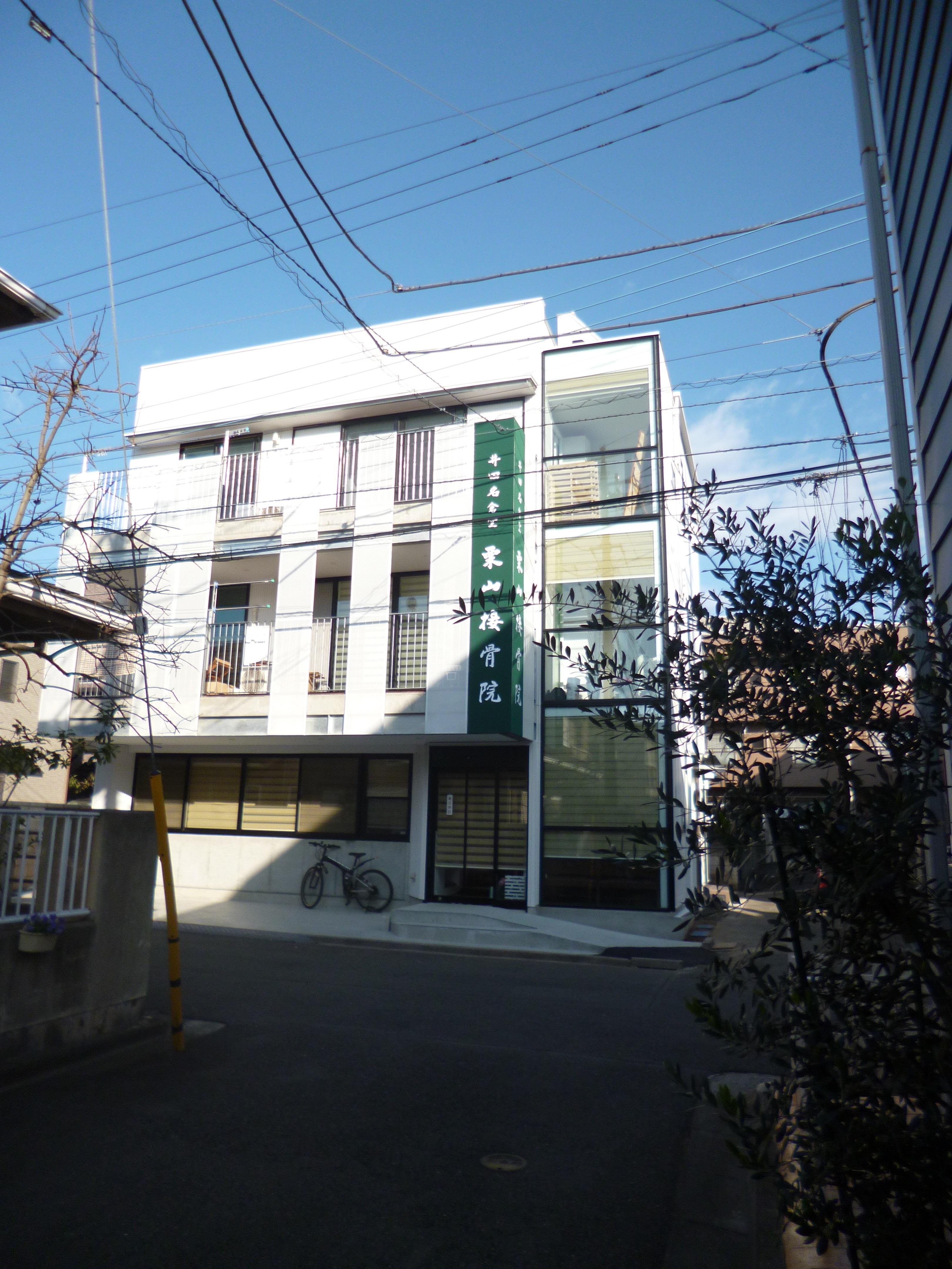 KRYM-元住吉の医院併用二世帯住宅の部屋 白いシンプルな外観