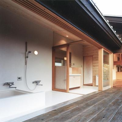 木の香る週末住宅|蓼科の森へ繋がるウッドデッキに開いた洗面と浴室 (蓼科高原の家|大開口から八ヶ岳が一望できる週末住宅)