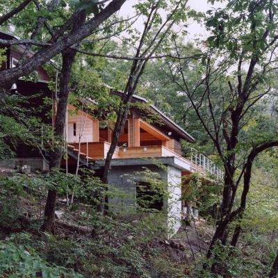 木の香る週末住宅|自然木に包まれた外観 傾斜地の基礎部分 (蓼科高原の家|大開口から八ヶ岳が一望できる週末住宅)