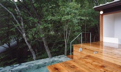 蓼科高原の家|大開口から八ヶ岳が一望できる週末住宅 (木の香る週末住宅|天然石の露天風呂)