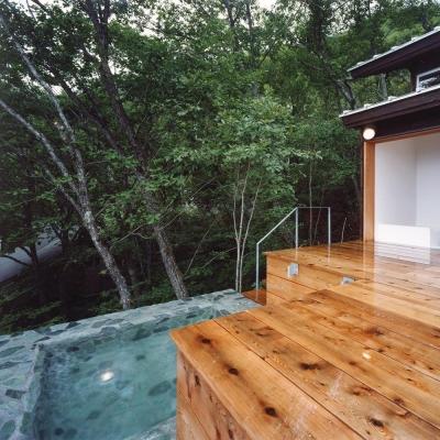 木の香る週末住宅|天然石の露天風呂 (蓼科高原の家|大開口から八ヶ岳が一望できる週末住宅)