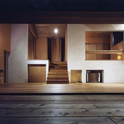 木の香る週末住宅|夜景 白い壁と木製玄関扉 書斎机 (蓼科高原の家|大開口から八ヶ岳が一望できる週末住宅)