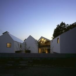 四連の家 (屋根を4分割してつなげたような外観)