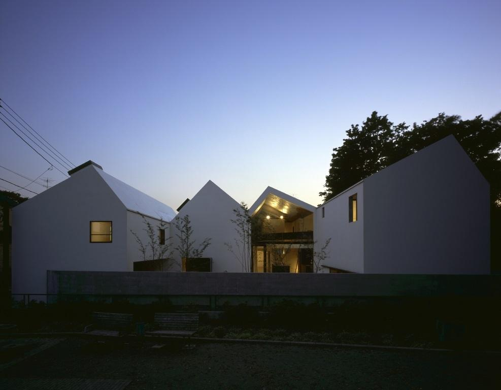 四連の家の部屋 屋根を4分割してつなげたような外観