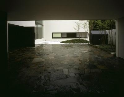 石畳の駐車スペース (四連の家)