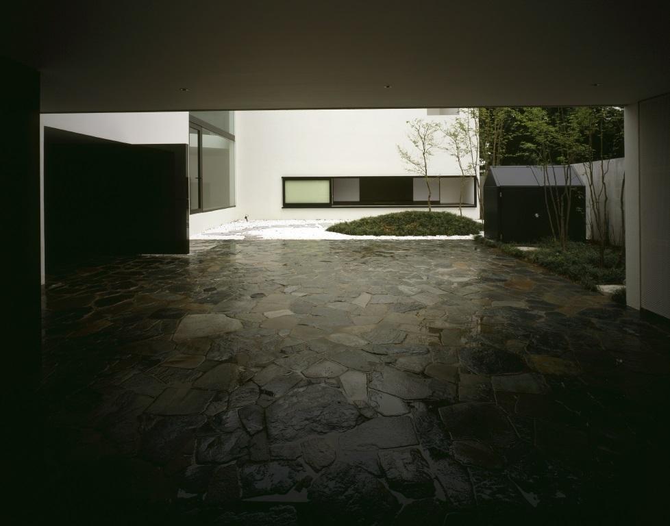 四連の家の部屋 石畳の駐車スペース