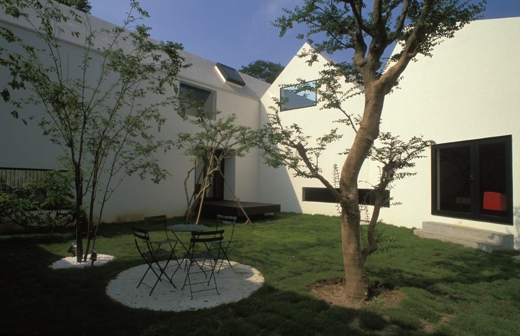 四連の家の部屋 広々とした中庭
