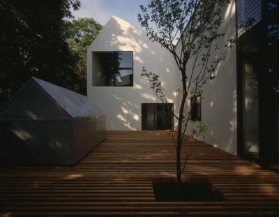 シンボルツリーのあるウッドデッキテラス (四連の家)