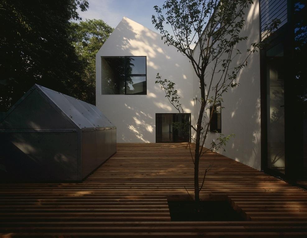 四連の家の部屋 シンボルツリーのあるウッドデッキテラス
