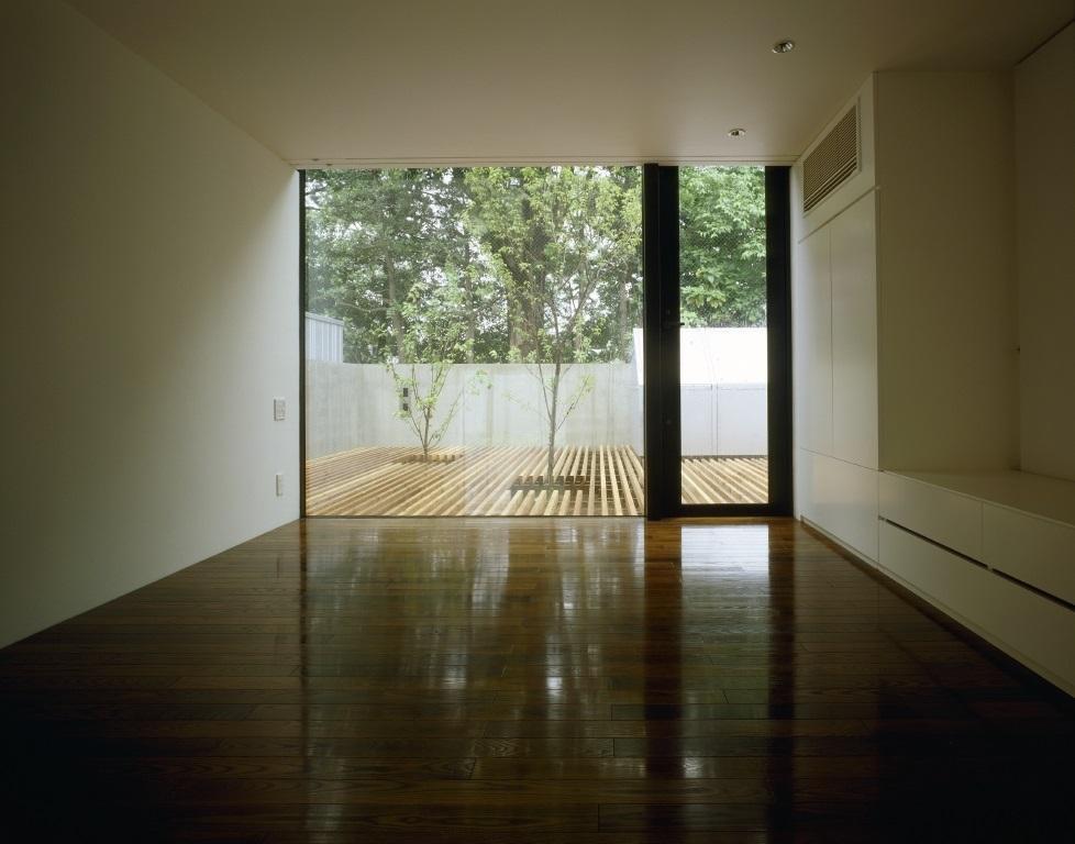 四連の家の部屋 ウッドデッキテラスと繋がる洋室