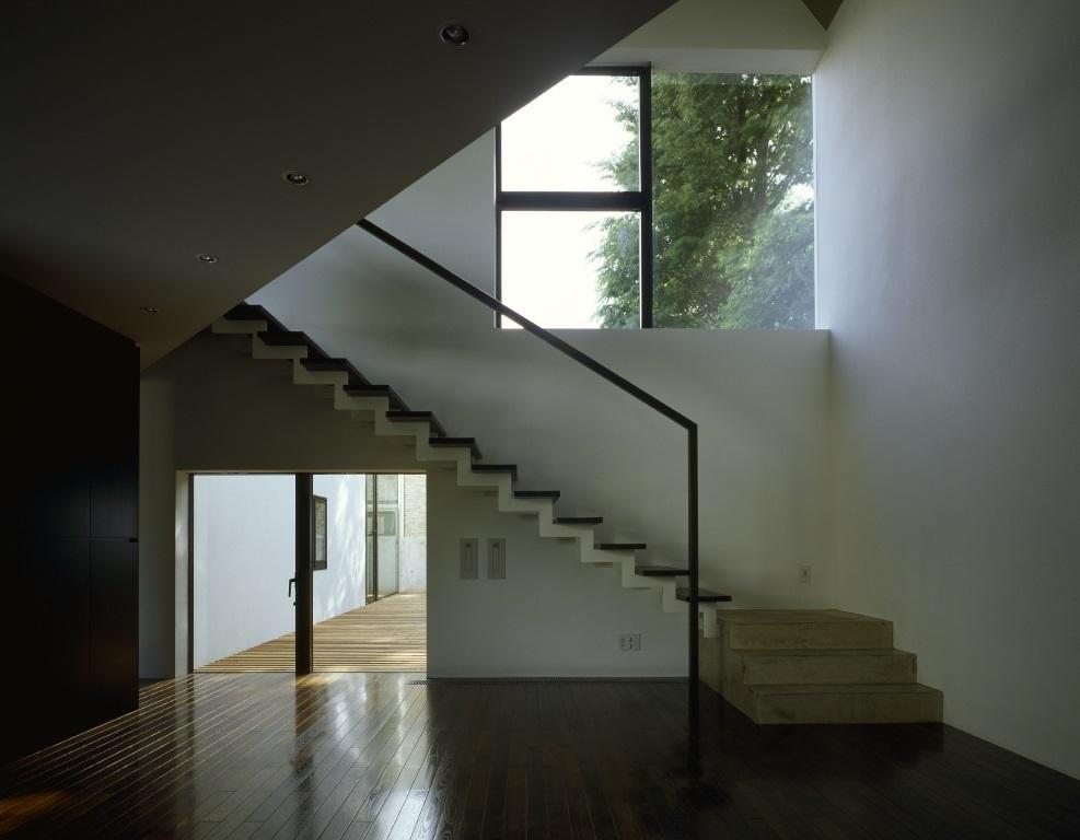 四連の家の部屋 光が差し込む階段
