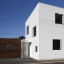 SN-house_小さな部屋の集合体 木陰のやすらぎのある家の写真 白いキューブ型の外観