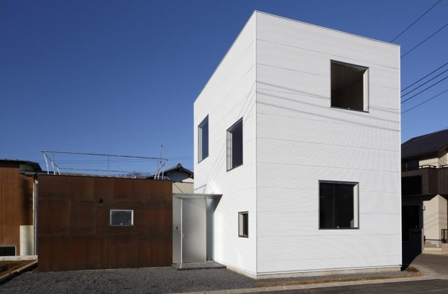 SN-house_小さな部屋の集合体 木陰のやすらぎのある家の部屋 白いキューブ型の外観