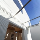 SN-house_小さな部屋の集合体 木陰のやすらぎのある家の写真 光が差し込むサンルーム