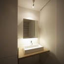 SN-house_小さな部屋の集合体 木陰のやすらぎのある家の写真 シンプルな洗面室