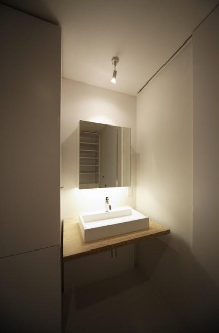 SN-house_小さな部屋の集合体 木陰のやすらぎのある家の部屋 シンプルな洗面室