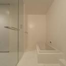 SN-house_小さな部屋の集合体 木陰のやすらぎのある家の写真 白いバスルーム
