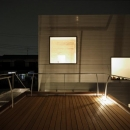 SN-house_小さな部屋の集合体 木陰のやすらぎのある家の写真 屋上のウッドデッキテラス