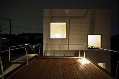 屋上のウッドデッキテラス (SN-house_小さな部屋の集合体 木陰のやすらぎのある家)