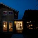 cow houseの写真 明かりの灯った外観