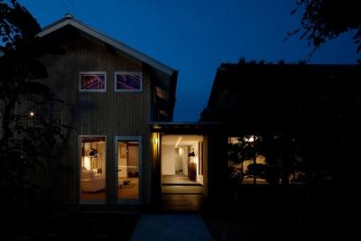 cow house (明かりの灯った外観)