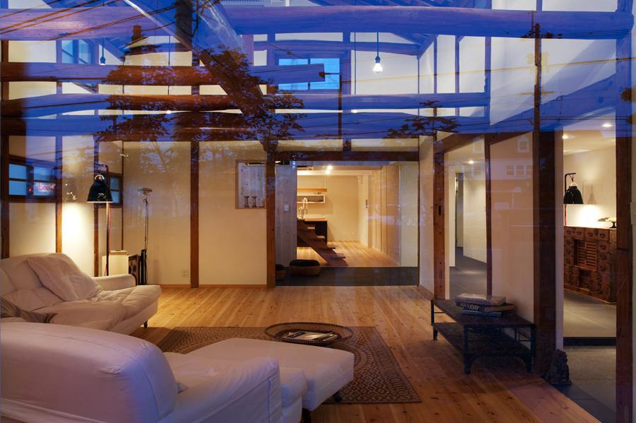 cow houseの部屋 梁の見える明かりの灯ったリビング 1