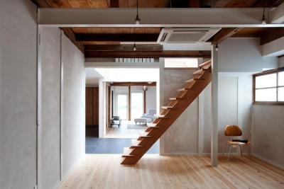 cow house (オープン階段のある洋室)