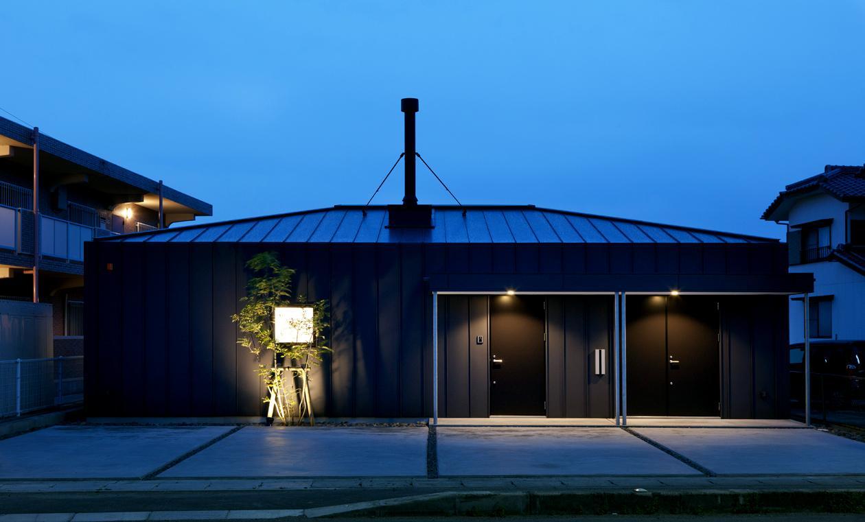 YAKの部屋 黒いガルバリウム鋼板の外観 (夕景)