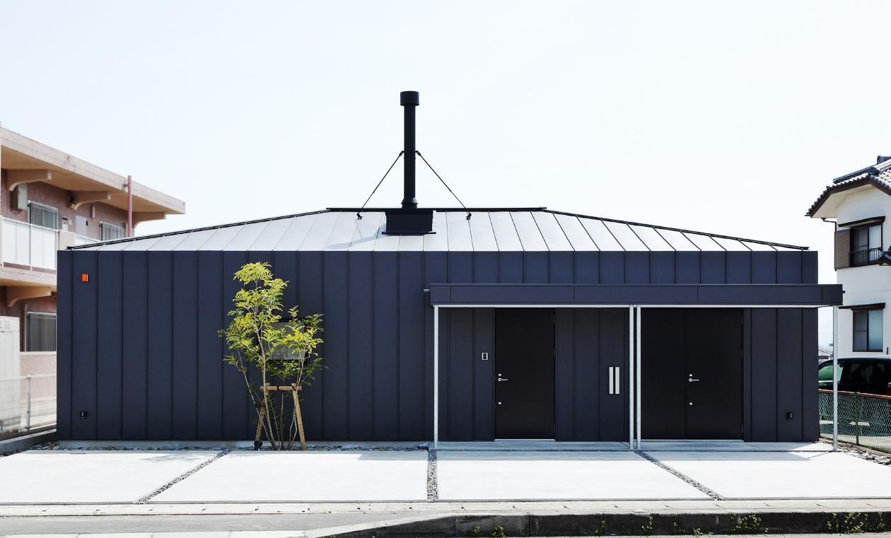 YAKの部屋 黒いガルバリウム鋼板の外観